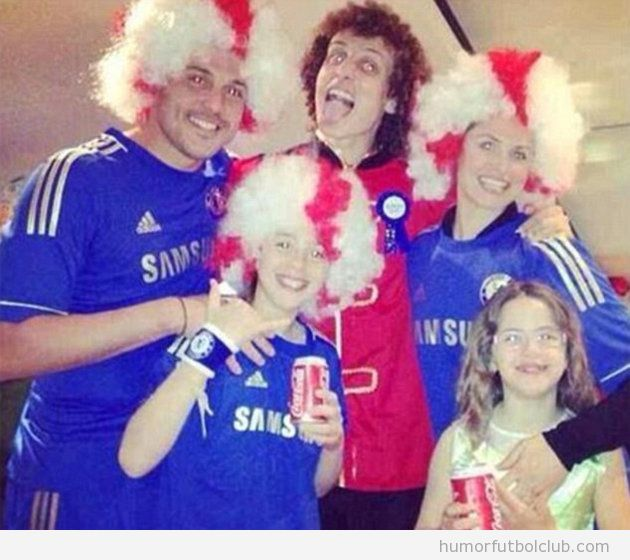 Foto graciosa, el portero del QPR, Julio Cesar, con la camiseta del Chelsea en el cumpleaños de David Luiz