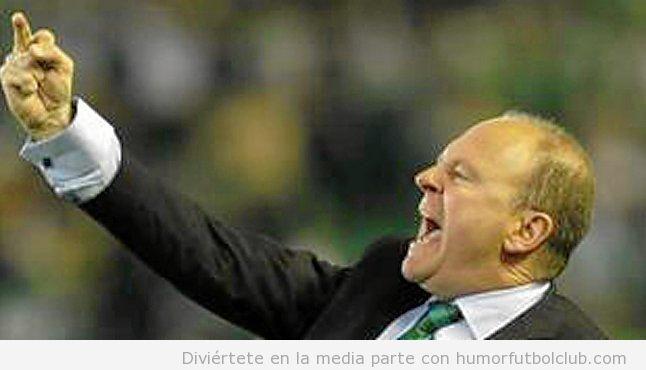 Mel, entrenador del Betis, hace una peineta  en el derby sevillano