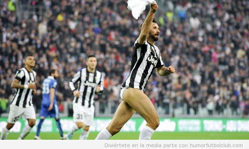 Mirko Vucinic celebra un gol de la Juventus sin pantalones