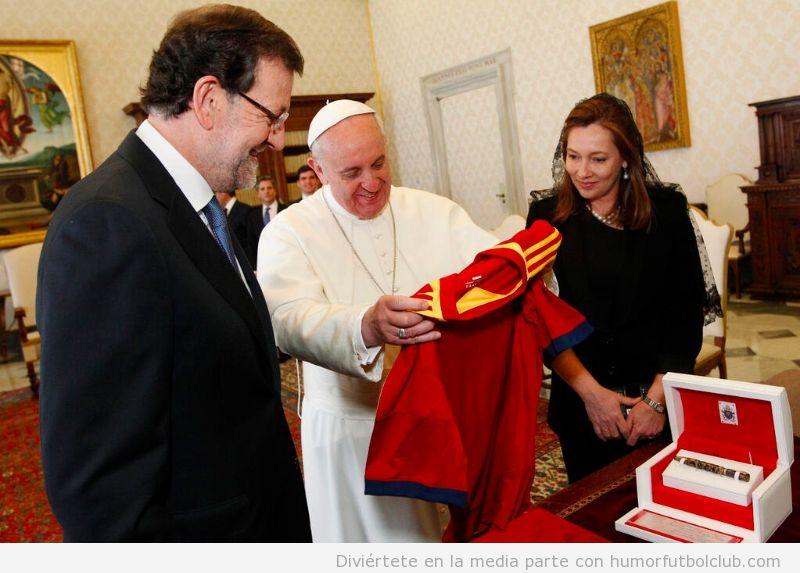 Rajoy regala Papa Francisco camiseta selección española fútbol