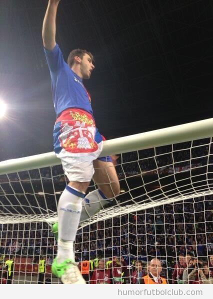 Celebración de Ivanovic subido al larguero depsués de la victoria del Chelsea en la Europa League