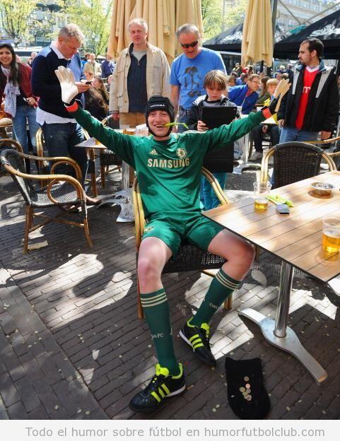 Foto graciosa de un aficionado Chelsea disfrazado de Pets Cech