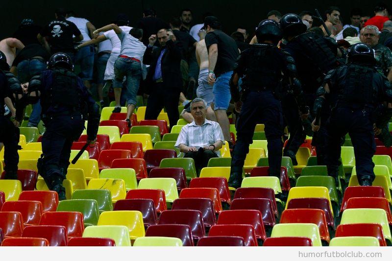Aficionado quieto en las gradas rodeado por la policía en el Dinamo Bucharest vs Steaua de Bucharest