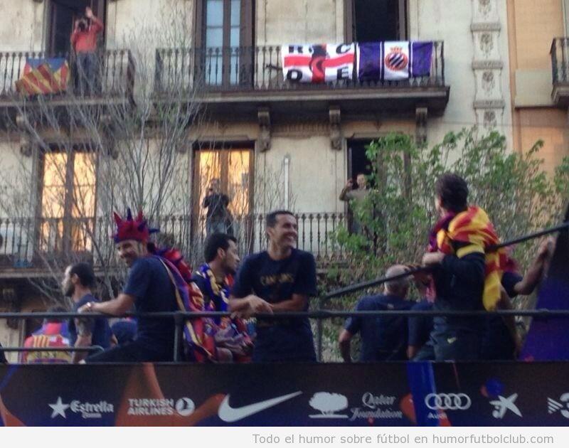 Bandera del Espanyol de BArcelona en el balcón durante la celebración del Barça