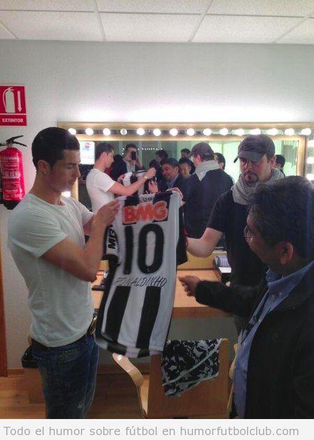 Imagen de Cristiano Ronaldo con una camiseta firmada de Ronaldinho