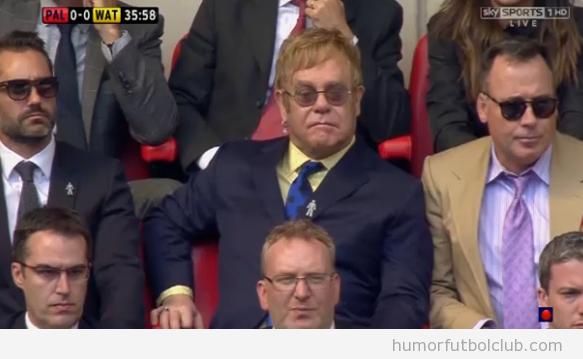 Sir Elton John viendo el partido de playoff en Watford