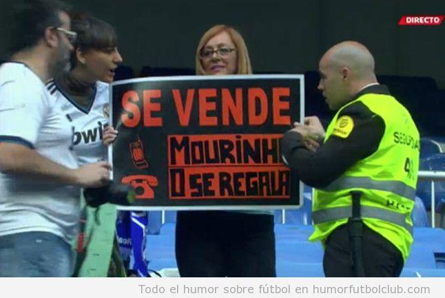 Foto graciosa de una aficionada del Real Madrid con un cartel de Se Vende Mourinho