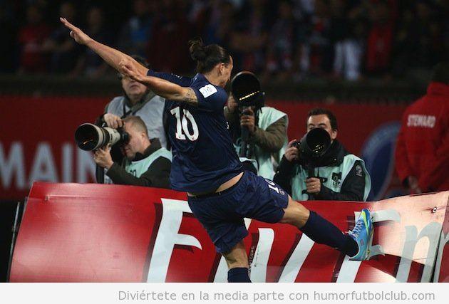 Foto WTF de Zlatan Ibrahimovic dando una patada a una valla publicitaria