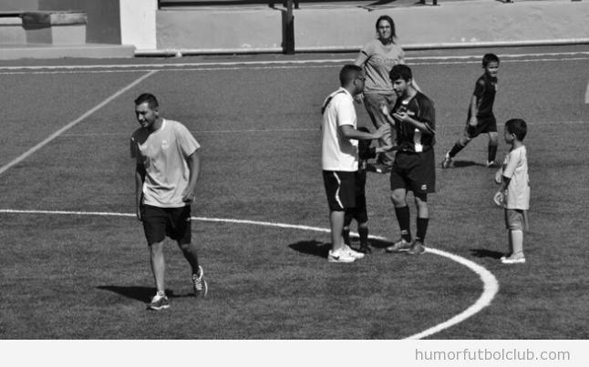 Imagen bonita, un niño de 5 años para la pelea entre árbitro y entrenador de fútbol