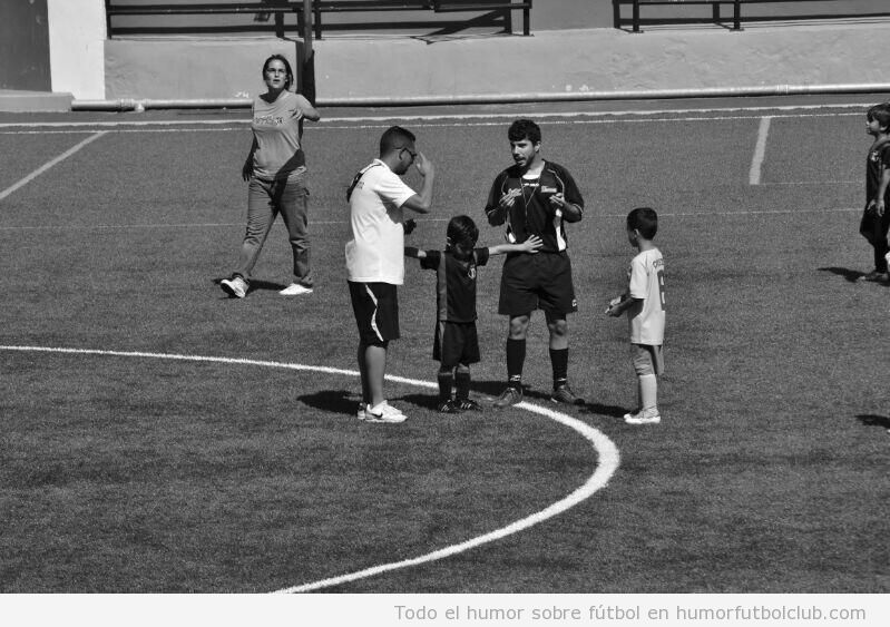 Imagen bonita, un niño de 5 años para la pelea entre árbitro y entrenador de fútbol 1