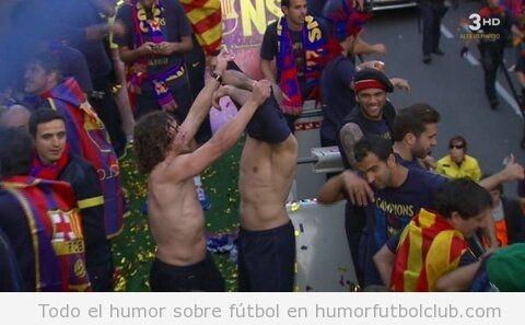 Foto graciosa de Ouyol quitándole la camiseta a Valdés en la celebración de Liga