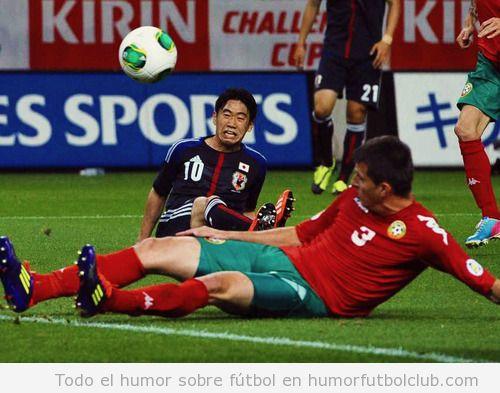Shinji Kagawa, futbolista de la selección de Japón, pone una cara al estilo de Phil Jones