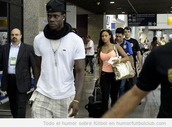 Mario Balotelli y Fanny de vuelta a Italia tras lesionarse