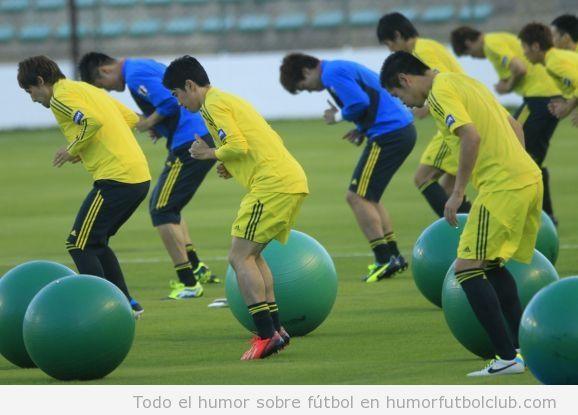 Foto graciosa de los jugadores de Japón con balón de pilates