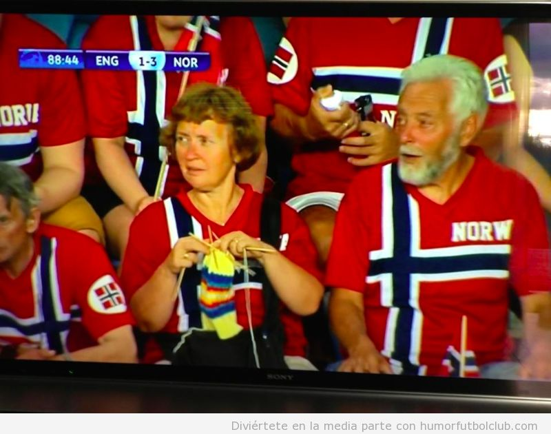Foto divertida de una mujer haciendo ganchillo en el Inglaterra Noruega sub 21