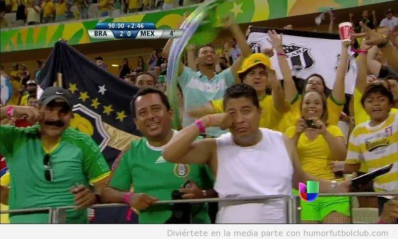 Foto graciosa y WTF de aficionados de Mexico que se pegan puñetazos en la cara tras perder con Brasil