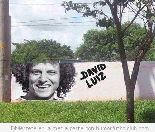 Fotomontaje gracioso de un graffiti de David Luiz y un árbol