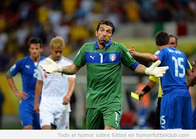 Fotos divertidas de Buffon quejándose al árbitro en Italia Japón