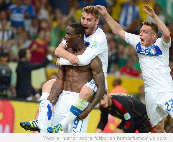 Foto graciosa, Balotelli vuelve a celebrar su gol con postura musculos en el Italia Mexico