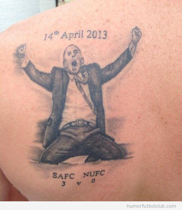 Un aficionado se hace un tatoo de Paolo Di Canio