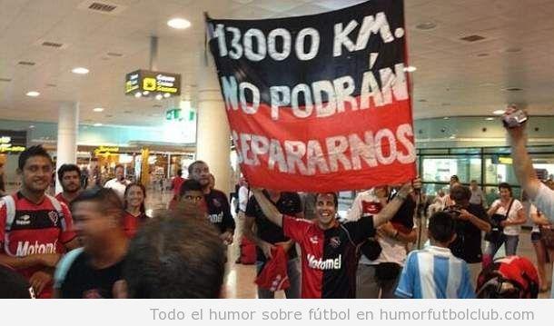 Foto curiosa de los aficionados del Newells Old Boys dando bienvenida Tata Martino en Barcelona