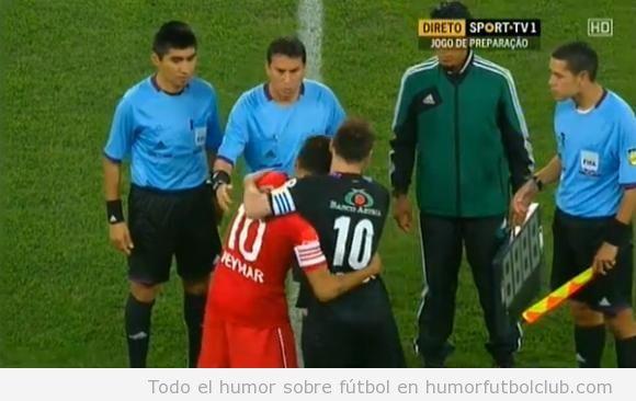 Foto graciosa del abrazo raro de Neymar y Messi en un partido benéfico