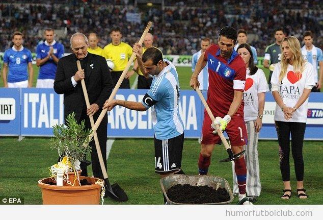 Mascherano y Buffon plantan un olivo junto al Papa Francisco