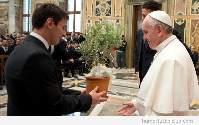 Messi ofreciendo un olivo al Papa Francisco