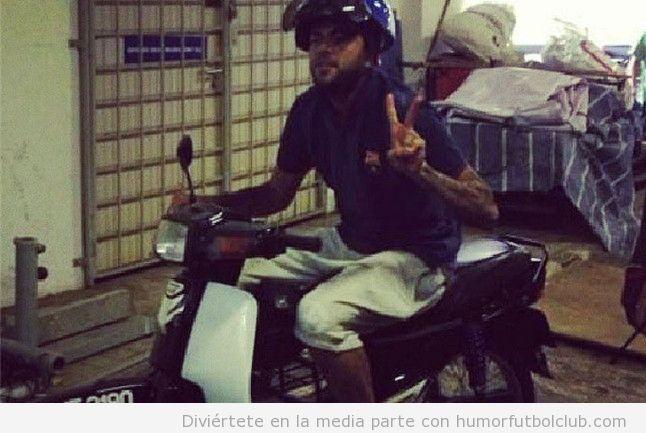 Dani Alves subido a una motocicleta en kuala Lumpur