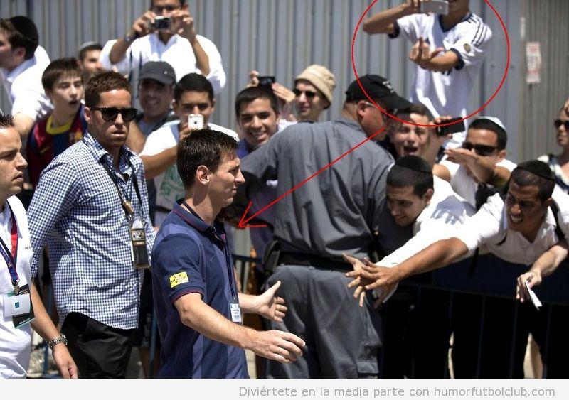 Foto graciosa de un aficionado Real Madrid, corte de mangas a Messi en Jerusalen