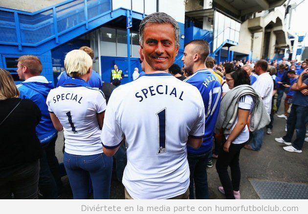 Foto graciosa de un aficionado del Chelsea con máscara de Mourinho