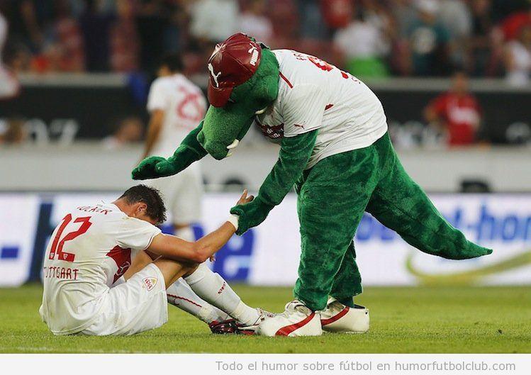Fotos curiosas, la mascota del Sttutgart, consuela a los jugadores tras perder en Europa League