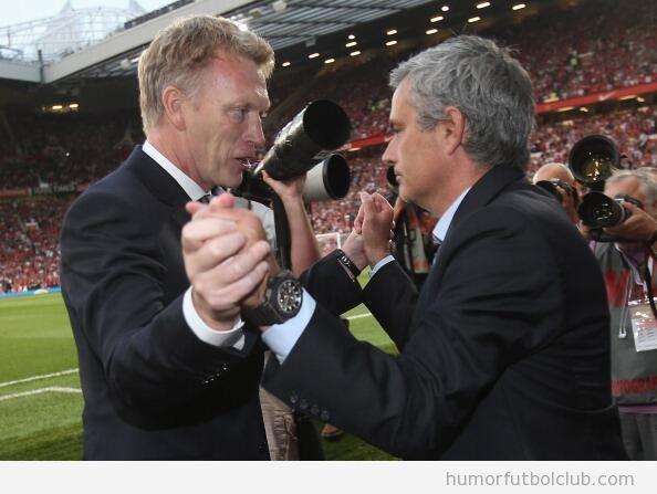 Foto curiosa del saludo entre Moyes y Mourinho en Old Trafford