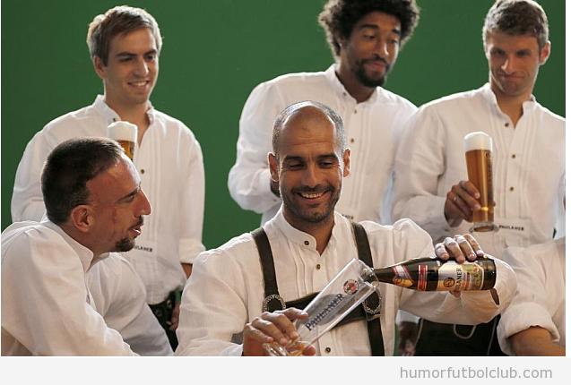 Foto Pep Guardiola con sus jugadores tomando cervzas