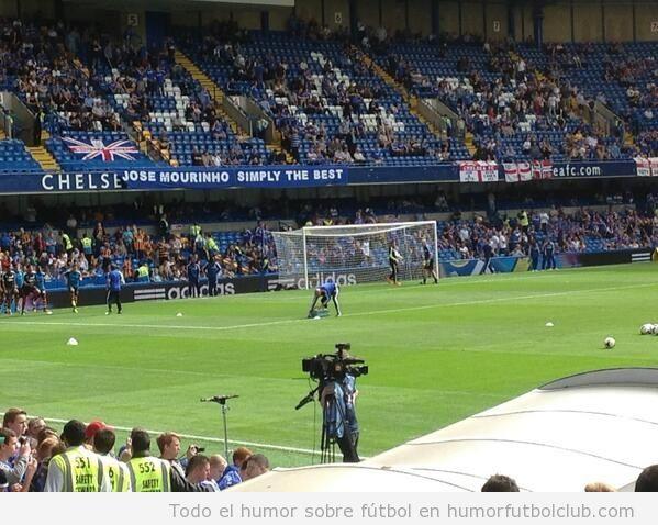 Mourinho Simple The Best, pancarta en campo del Chelsea