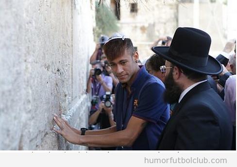Neymar pide un deseo en el muro de las lamentaciones en Jerusalem