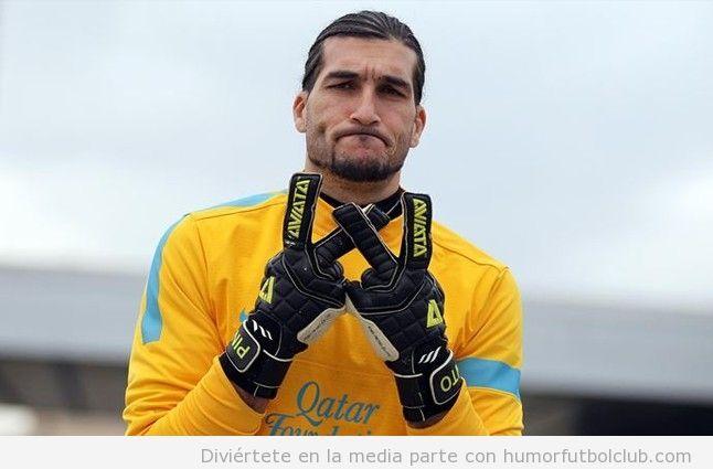 Foto de Pinto, portero del Barça, con pose de gangster