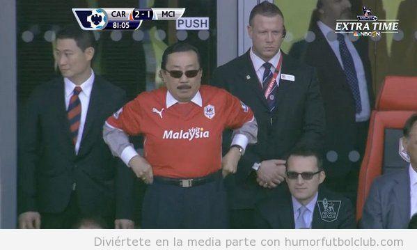 Foto graciosa del look del dueño del Cardiff Football Club