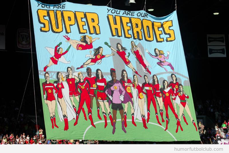 Pancarta de los aficionados del Portland Torns femenino con las futbolistas como superheroinas