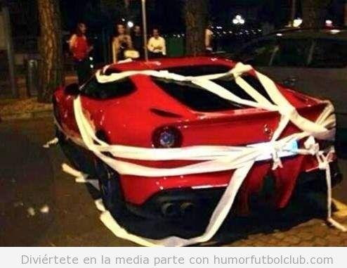 El coche Ferrari de Balotelli trolleado con papel de wc