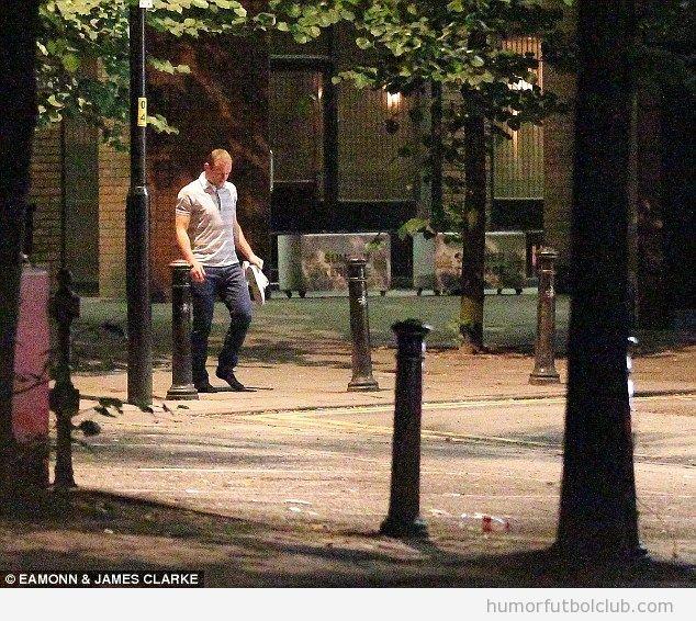 Foto WTF, Wayney Rooney camina descalzo por Manchester