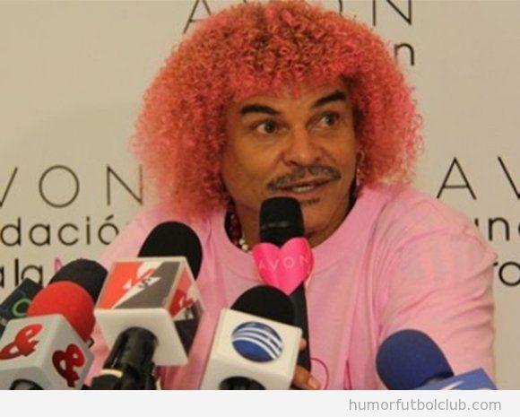 Carlos Valderrama con el pelo teñido de rosa por el cáncer de mama