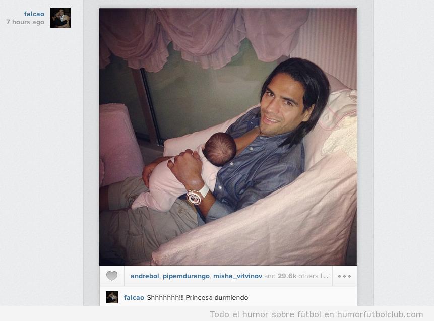 Foto bonita de Radamel Falcao con su bebé recién nacido