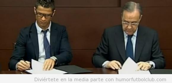 Foto de Cristiano Ronaldo firmando el contrato con el Real Madrid con gafas hipsters