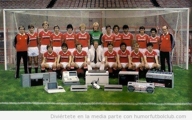Foto divertida de equipo del Manchester United en 1982 con aparatos electrónicos
