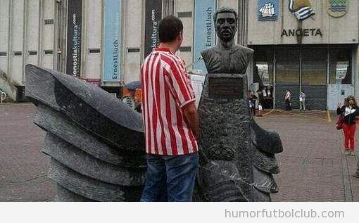 Foto WTF de un aficionado del Athletic Bilbao haciendo pipi en una estatua de la Real Sociedad