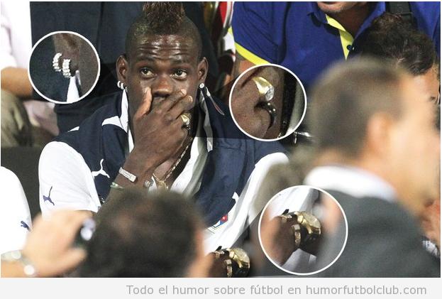 Foto graciosa de Mario Balotelli lleno de joyas