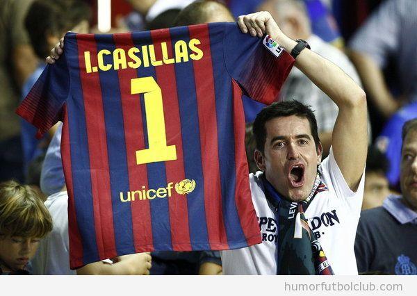 Un aficionado sostiene una camiseta del Barça con el nombre de Iker Casillas
