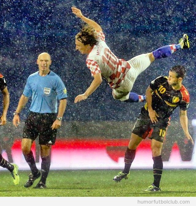 Foto curiosa de Luka Modric volando en un partido con Croacia