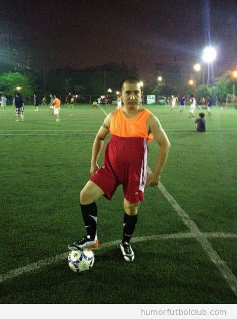 Imagen graciosa de un futbolista con los pantalones por el sobaco